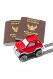 Thailand-Pass und rotes Auto 4wd für Reisekonzept Lizenzfreie Stockbilder
