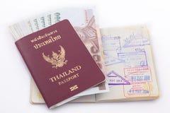 Thailand-Pass und thailändisches Geld für Reise Stockfotos