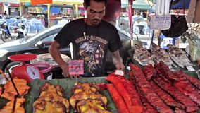 Thailand, Pattaya Traditioneel straatvoedsel, verkoper en producten stock video