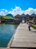THAILAND, PHANGNGA-BUCHT - 16. MÄRZ 2012: Fischerdorf errichtet auf Stelzen stockfotografie