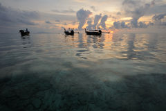 Thailand. Phi Phi eiland. Magische zonsopgang met boten stock afbeelding