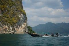 Thailand, Phuket, 2018 - de boot van Thailand op het meer Khao Sok, Mooi landschap, de meren van de bergen is zeer mooi Royalty-vrije Stock Afbeeldingen