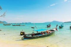 Thailand, Phuket-eiland - 2017 20 December: Andamanoverzees met tra Stock Foto's