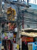 THAILAND, PHUKET - 26 MAART, 2012: Chaos van kabels en draden op een elektrische pool Draad en kabelrommel royalty-vrije stock foto's