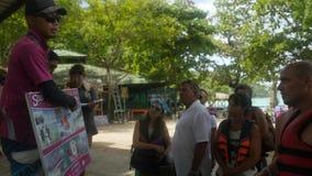 Thailand, Phuket, 30 november 2015 Gids die die aan een Groep spreken op een Wandelingssleep wordt verzameld in Thailand stock footage