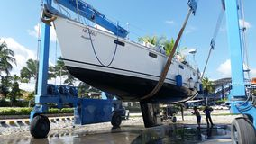 Thailand Phuket: 2015 am 26. November, Yacht, die heraus für sauberes am Phuket-Boots-Lagunen-Jachthafen in Thailand schleppt Lizenzfreies Stockfoto