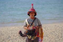 05/05/2018 thailand Phuket Ritratto di una donna anziana della condizione asiatica di aspetto sull'orlo del mare e della vendita  fotografia stock