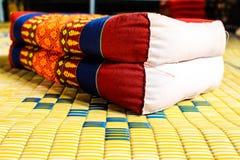 Thailand-Rückenlehnekissen auf Matte lizenzfreies stockbild