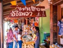 THAILAND, SAMUTSONGKHRAM - 17,2018 JUNI: Mensen die en bij Amphawa-het drijven markt in Thailand winkelen eten De bestemming voor Royalty-vrije Stock Afbeeldingen
