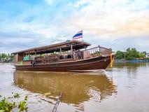 THAILAND, SAMUTSONGKHRAM - 17,2018 JUNI: Traditionele Thaise boot in de rivier dichtbij bij Amphawa-het drijven markt de bestemmi Stock Afbeeldingen