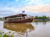 THAILAND, SAMUTSONGKHRAM - 17,2018 JUNI: Traditionele Thaise boot in de rivier dichtbij bij Amphawa-het drijven markt de bestemmi Stock Afbeelding