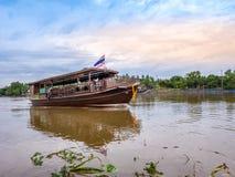 THAILAND, SAMUTSONGKHRAM - 17,2018 JUNI: Traditionele Thaise boot in de rivier dichtbij bij Amphawa-het drijven markt de bestemmi Stock Foto