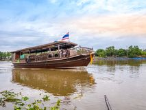 THAILAND, SAMUTSONGKHRAM - 17,2018 JUNI: Traditionele Thaise boot in de rivier dichtbij bij Amphawa-het drijven markt de bestemmi Stock Fotografie