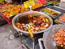 THAILAND SAMUTSONGKHRAM - JUNI 17: Traditionell thai steetmat på Amphawa som svävar marknaden i Thailand Amphawa som svävar markn fotografering för bildbyråer