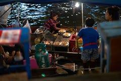 Thailand Samutsongkram, 30 December 2017, havs- sväva restaurangnolla royaltyfria bilder
