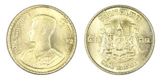 Thailand 50 satangmynt, 1957 eller B E 2500 som isoleras på vit b Royaltyfri Bild