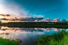 Thailand schöner See mit Sonnenaufgang Lizenzfreie Stockbilder