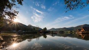 Thailand, sjö och berg royaltyfri bild