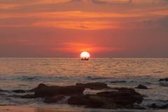 Thailand solnedgångfartyg i solen royaltyfri fotografi