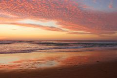 Thailand solnedgångKaron strand royaltyfri fotografi