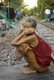 Thailand som många personer bor längs järnvägspåren eller i slumkvarter Arkivbild