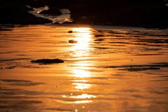 Thailand-Sonnenuntergangreflexion auf dem Strand stockbilder