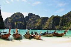 thailand Spiaggia Maya Bay Barche sull'oceano fotografie stock
