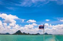 Thailand-Staatsflagge mit tropischem Seehintergrund Lizenzfreie Stockbilder