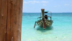 Thailand-Strand mit Boot stockfotos