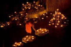 Thailand tände den buddistiska munken som gör klart för stearinljus, ceremoni Royaltyfria Bilder