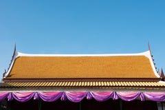 Thailand-Tempel-Dach mit blauem Himmel Lizenzfreie Stockfotos