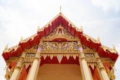 Thailand tempel framme av en molnig himmel Royaltyfri Bild