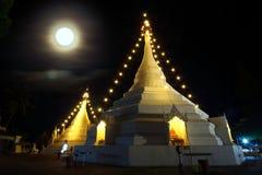 Thailand-Tempel nachts, der Vollmond Lizenzfreie Stockbilder