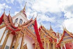Thailand tempel på en molnig himmel med solen Arkivbilder