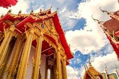 Thailand tempel på en molnig himmel med solen Arkivfoton