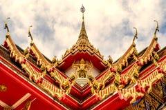 Thailand tempel på en molnig himmel med solen Royaltyfri Bild