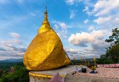 Thailand tempel, Wat Suwan Khiri, Kyaiktiyo pagod på Ranong, Th Arkivbilder