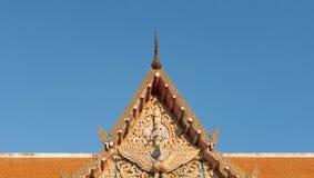 Thailand-Tempelkunstdach mit blauem Himmel Stockbilder