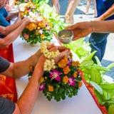 thailand Touristen im Hotel feiern das traditionelle thailändische neue Jahr Ritual des strömenden Wassers Lizenzfreie Stockfotos