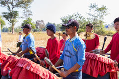 Thailand traditionell musikermusikband som spelar folkmusik Arkivbilder