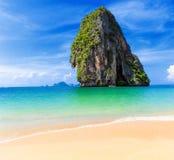 Thailand tropisk ö och sandig strand på den soliga dagen i Asien Royaltyfria Bilder