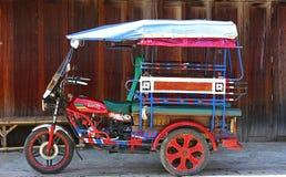Thailand tuktuk traditionella motoriserade medel arkivfoto
