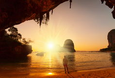 thailand Uomo in caverna di Raylay, tramonto Immagini Stock