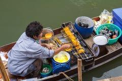 Thailand vermarktet Barkasse Stockfoto