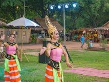 Thailand-Volkstanz auf 800-jährigem Markt sukhothai historischen Parks Thailand-Reise stockfotos