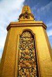 Thailandese v Bangkok abstrakta krzyża metalu złoto w świątyni obraz royalty free