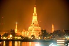 thailandiaen för den arunbangkok natten kriger royaltyfri fotografi