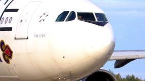 THAILLAND Международный аэропорт Пхукета авиакомпании Закройте вверх по самолету движение медленное видеоматериал