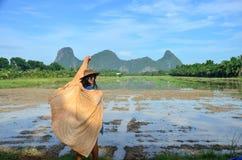 Thailändische Frauen mit natürlichem Porträt des Schalgewebes Farban im Freien Lizenzfreies Stockfoto