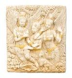 Thailändische Kunst der Engelsstatue im thailändischen Tempel lokalisiert auf Weiß Stockfotografie